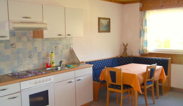 Komplett ausgestattete Küche und gemütlicher Eckbank. (© ©Gabi Hillbrand)