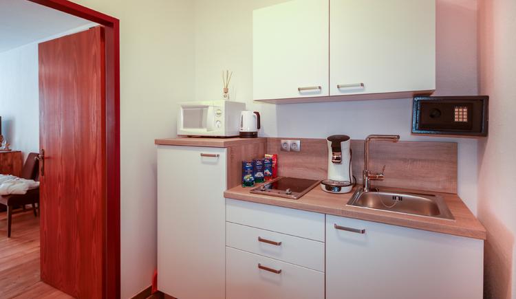Küche eingerichtet, mit Geräten