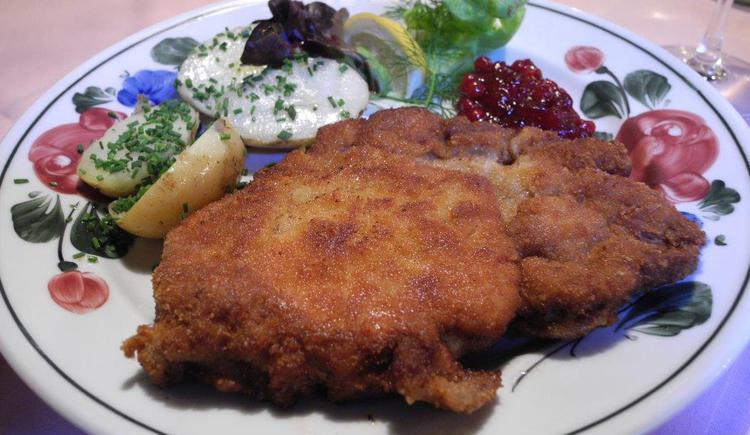 Auf dem Foto sieht man einen Teller mit einem Cordon Bleu und Petersilienkartoffel. (© Seewirt Zauner)