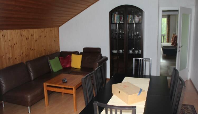 Wohnzimmer mit Essbereich in der Ferienwohnung Gamsfeld. (© Laserer)