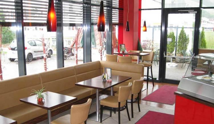 Innenbereich mit Tischen, Bänken und Stühlen. (© Hagebau Bistro)