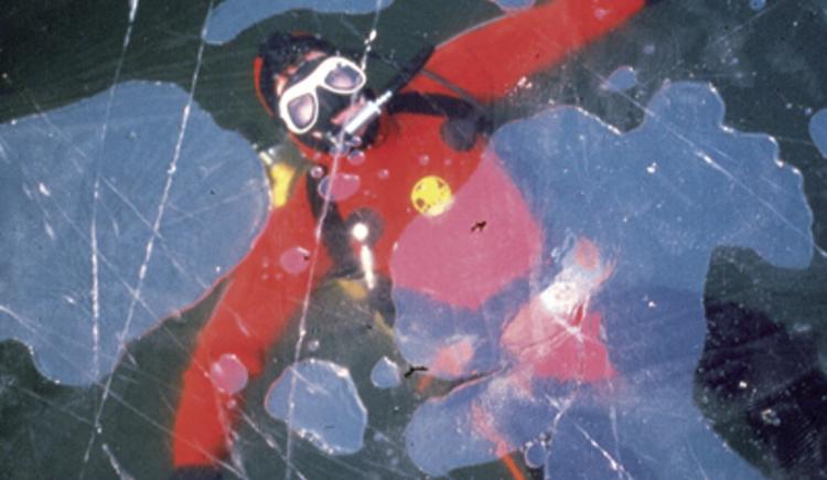 Ein Tauchgang im Winter, unter dem Eis im Hallstättersee.