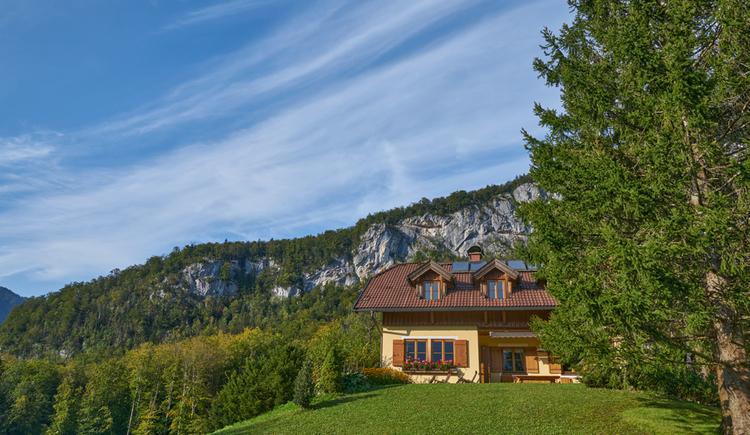Die Ewinger Lodge liegt in ruhiger Umgebung, umgeben der Bergwelt. (© Ewinger Lodge)