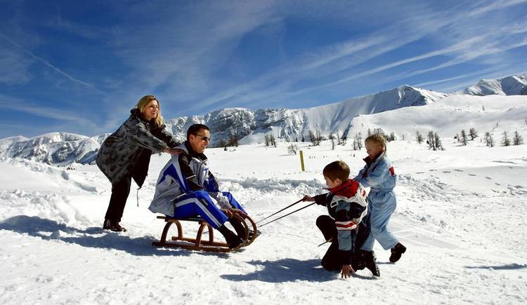 Familie beim Rodeln (© Rinnergut)