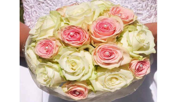 Brautstrauß aus Rosen. (© Tourismusverband MondSeeLand)