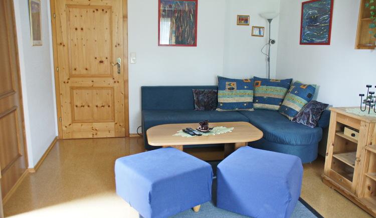 Die Ferienwohnung Schlosspark bietet ein einladendes Wohnzimmer. (© Manuela Sommerer)
