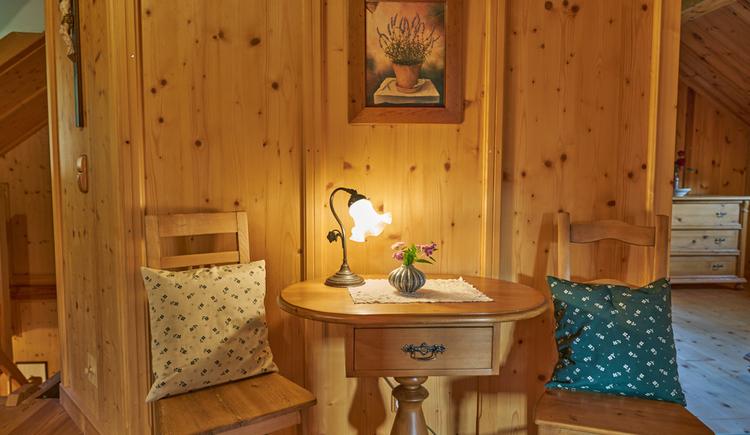 Die Ewinger Lodge bietet eine Vielzahl an Sitzgelegenheiten. (© Ewinger Lodge)