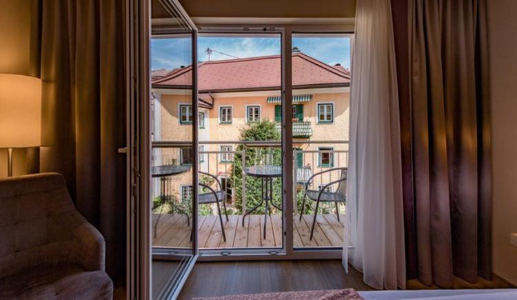 Blick auf die Terrasse mit Tisch und Sesseln