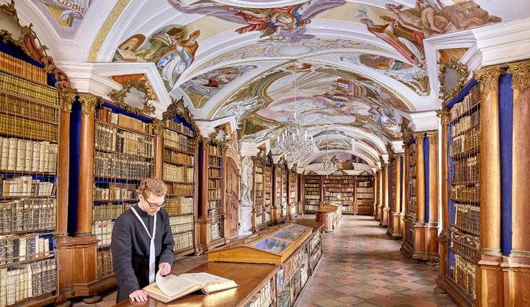 Bibliothek im Stift Reichersberg. (© www.pedagrafie.de)