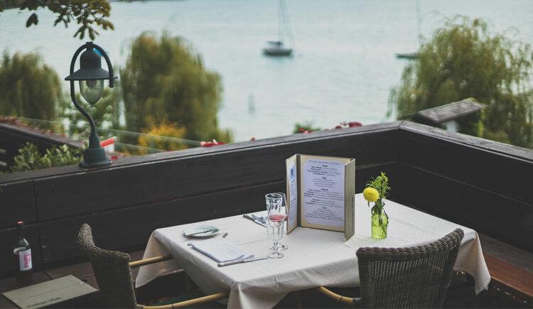 Tisch mit Seeblick im Restaurant Lizlberger Keller in Seewalchen am Attersee. (© Familie Schmiedleitner)