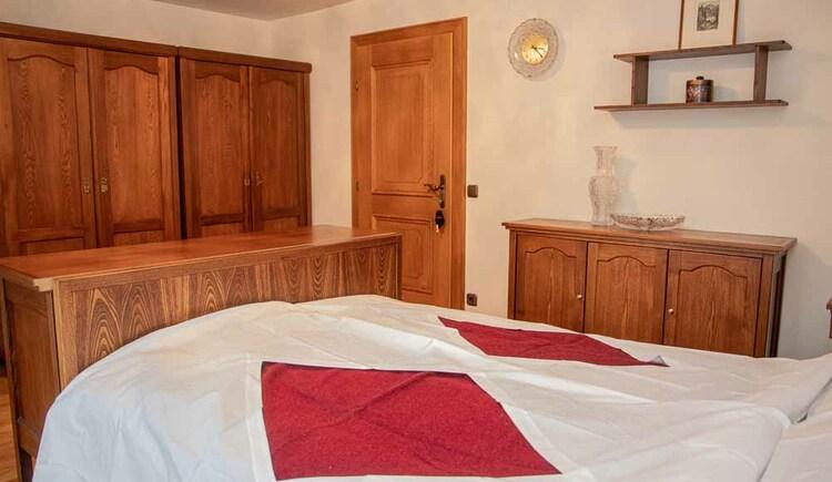 Schönes Doppelzimmer in der Butchi-Suite Bad Goisern. (© Sommerfrische Apartments)