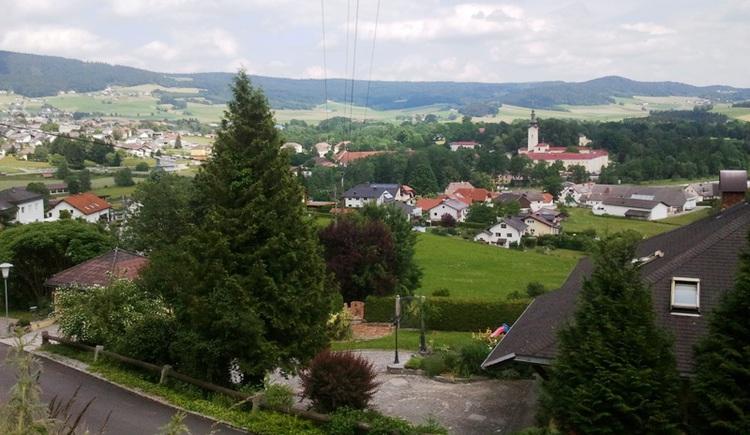 Am Beginn Ihrer Wanderung verlassen Sie Aigen-Schlägl mit diesem Ausblick. (© Ferienregion Böhmerwald)