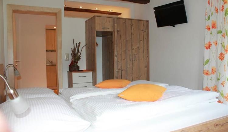 Schlafzimmer FeWo Wiesenblick (© Fam. Stöllinger)