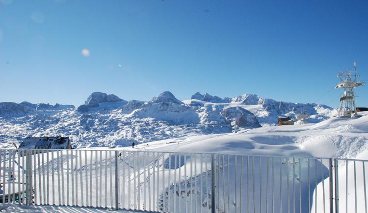 Der Ausblick in die tief verschneite Winterlandschaft von der Terrasse aus. (© Dachstein Tourismus AG)