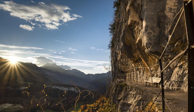 Am Weg zum Predigstuhl Gipfel passiert geht man durch die Ewige Wand hindurch und kann dabei einzigartige Ausblicke genießen. (© RudiKainPhotografie)