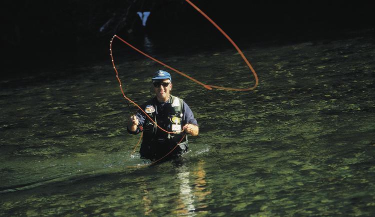 Ein Fliegenfischer in der Traun bei Bad Ischl