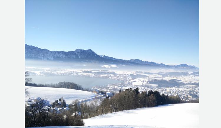 Ausblick auf die verschneite Landschaft, im Hintergrund die Berge. (© Schwaighofer)
