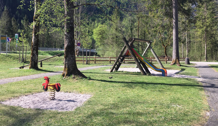 The Traunauen children's playground in Obertraun offers swings, seesaws, slides, cable cars and a large area for children to let off steam.