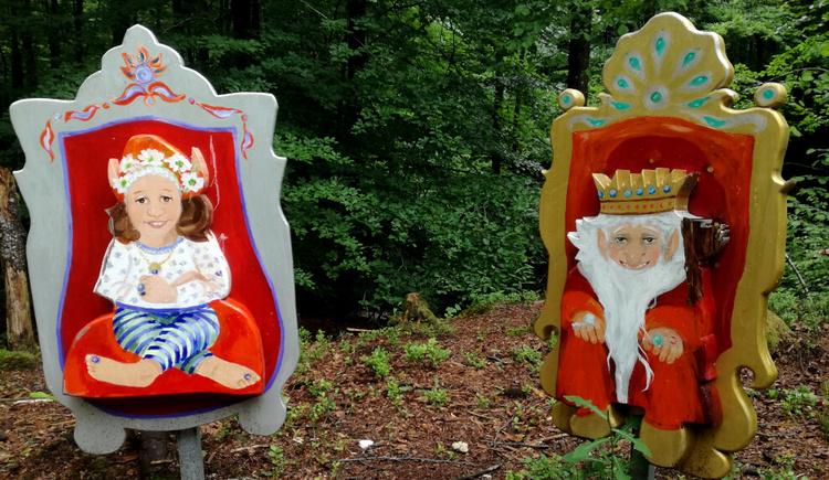 Viele Kobolde warten auf dem Weg auf spielende Kinder - hier Kronprinzessin Kunigunde und der Koboldkönig. (© Tourismusverband Attersee-Attergau, Asisa Wiespointner)