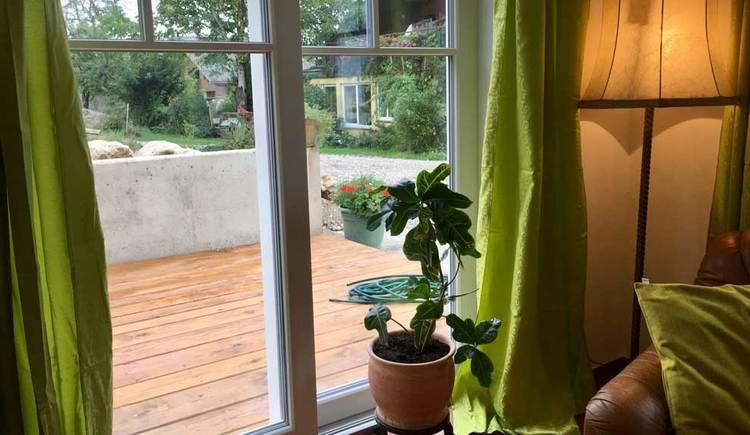 Ausblick vom Wohnzimmer auf die Terrasse
