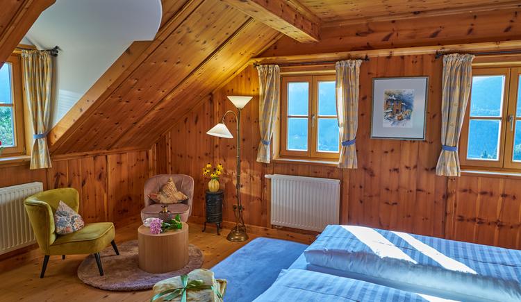 Auch das Gästezimmer der Ewinger Lodge ist traditionell und modern eingerichtet. (© Ewinger Lodge)