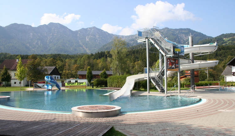 The outdoor swimming pool Bad Goisern in the morning shortly before it opens. (© Tourismusverband Inneres Salzkammergut)