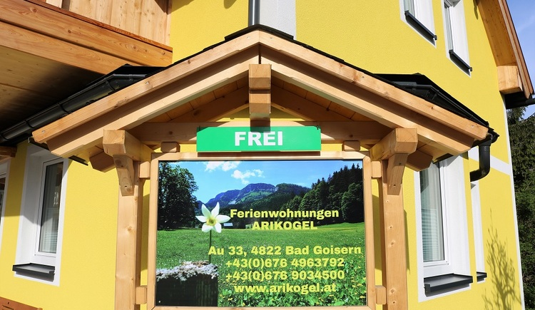 The contact information and vacancy notification of the accommodation can be found on this sign in front of Ferienwohnungen Arikogel.