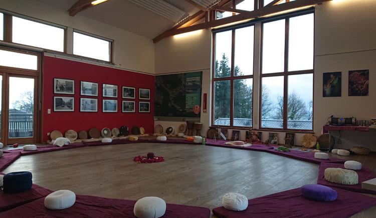 Kreis aus Matten und Kissen für Yoga. (© TVB Mondseeland)
