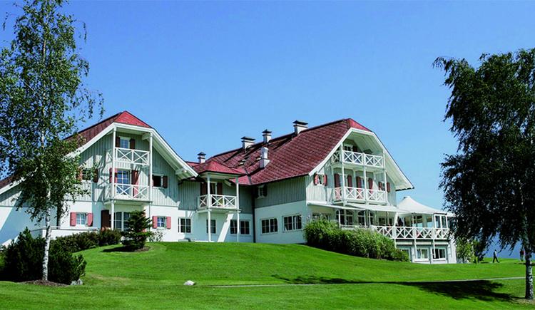 Blick auf die Villa, im Vordergrund Wiesen und Bäume. (© Hotel Villa Drachenwand)