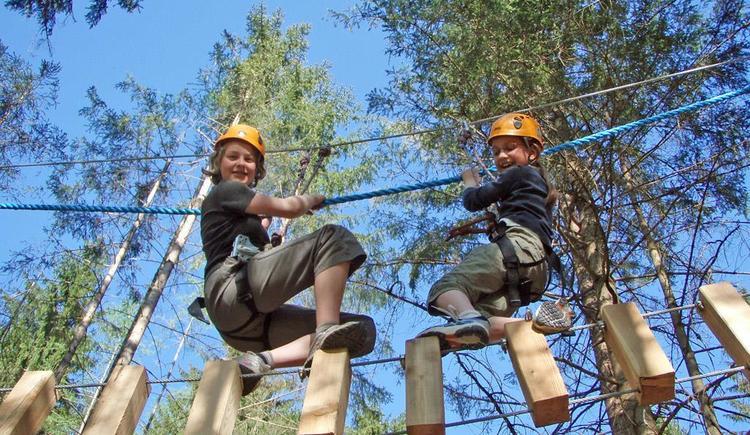 Kinder im Hochseilgarten Gleinkersee (© pyhrnPriel-erlebnisagentur)