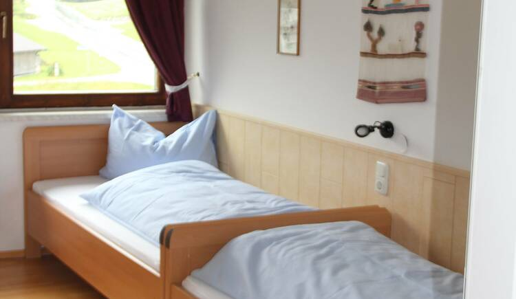 Das Schlafzimmer in der Ferienwohnung Gosaukamm. (© Laserer)
