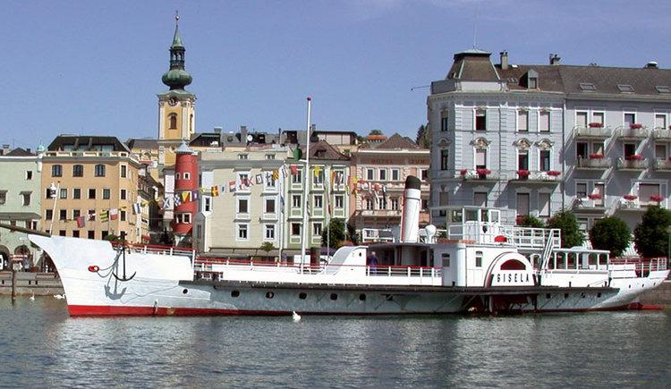 Das Dampfschiff Gisela liegt im Hafen von Gmunden am Traunsee im Salzkammergut. (© MTV Ferienregion Traunsee)