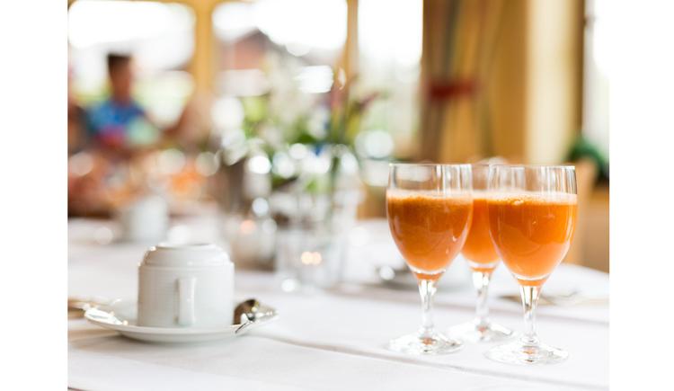 gedeckter Tisch mit gefüllten Gläser. (© Ellmauer)