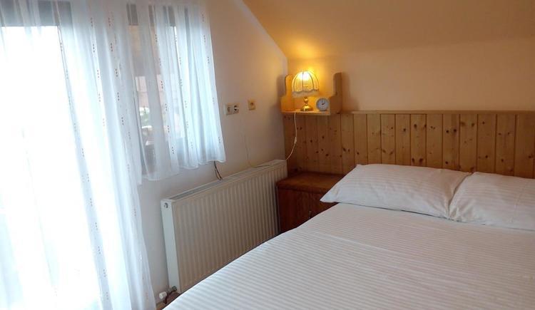 balkonzimmer mit doppelbett (© Ferienhaus in der Schlipfing)