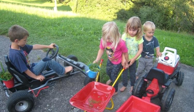 Viele Kinderfahrzeuge