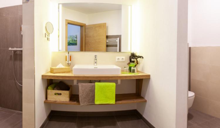 Beispiel Zimmer Bad im Genusshotel Irmgard in Straß im Attergau in Oberösterreich nahe Attersee. (© Soriat-Sturm; Fotograf: Linda Mayr)