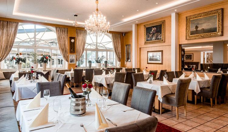 Speisesaal Restaurant Krone mit festlich gedeckten Tischen