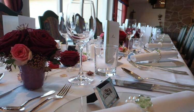 liebevoll gedeckter Tisch mit Blumen. (© Weiße Taube)