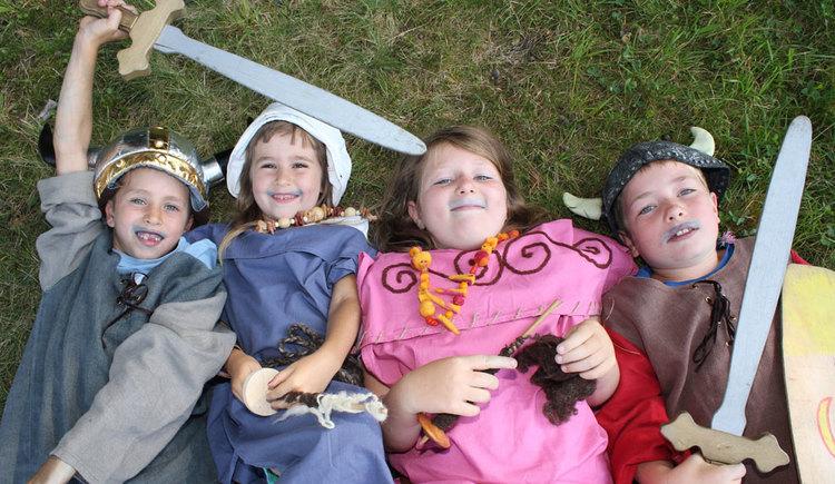Kinder verkleidet als Kelten am Keltenbaumweg in St. Georgen im Attergau. (© TVB Attersee Attergau, A. Schoßleitner)