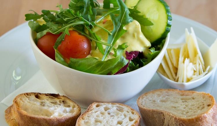 Gast Haus Berndt Curry Huhn Salat Ananas Wurzelbrot genießen Attersee Parmesanchips Aufham