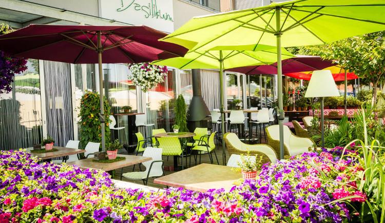 """Gastgarten inklusive Abendsonne im Sommer im \""""Basilikum\""""der Gourmet Bar in St. Georgen im Attergau."""