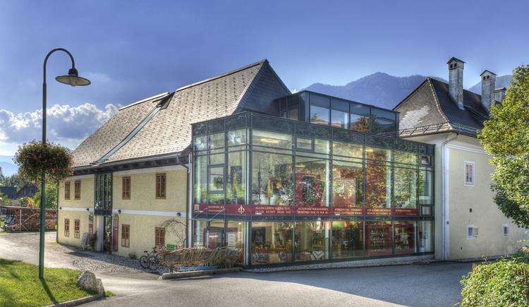 Front view of HAND.WERK.HAUS Salzkammergut with entrance.