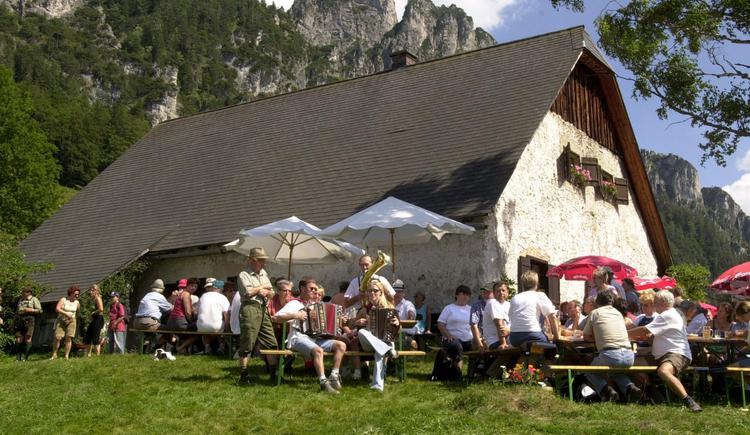 Almfest 2003 Die Almen am Hengstpass sind sowohl mit dem PKW bzw. Bus als auch zu Fuß auf einem Rundwanderweg bequem zu erreichen. Bewirtschaftet sind die Hütten durchgehend zwischen Mai und Oktober. (© Pyhrn-Priel Tourismus GmbH/ Haijes)