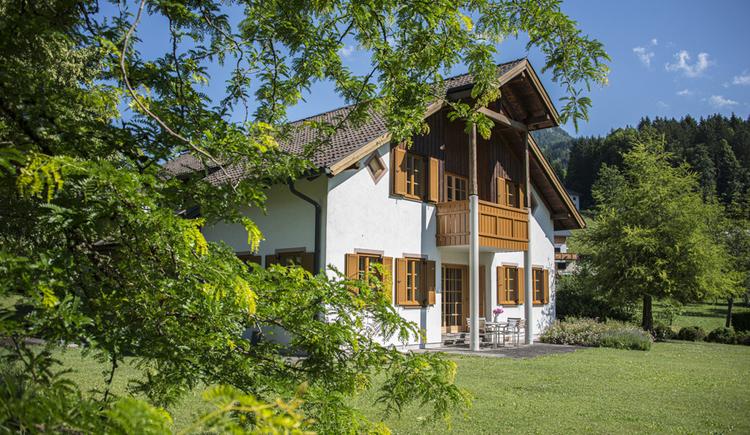 Hier sieht man die Villa Anna im Sommer von außen.