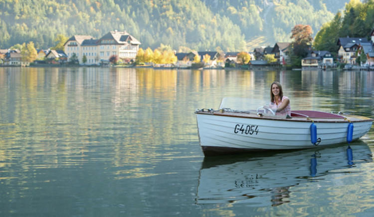 On the photo you see a lady going with an electric boat on lake Hallstatt. (© 2)