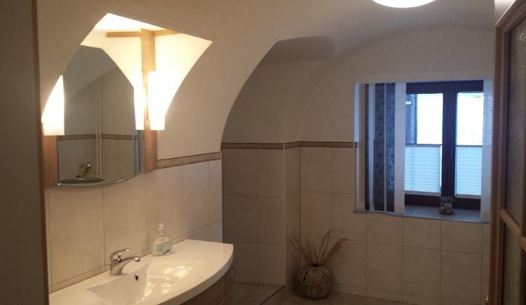 Das Badezimmer in der Ferienwohnung hat ein schönes Gewölbe. (© Johann Höll)