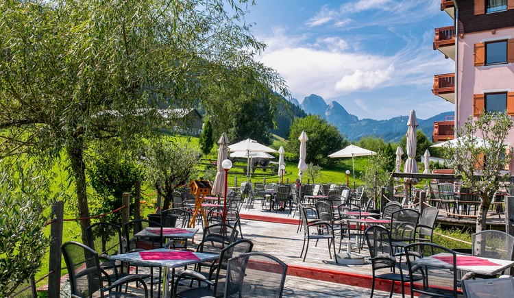 Our terrace in the Vitalhotel Gosau with a view of the surrounding mountains. (© Vitalhotel Gosau)