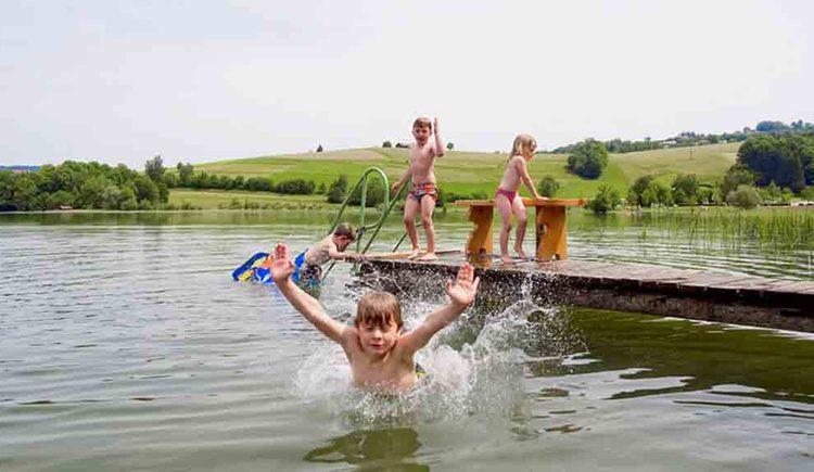 Kinder im Wasser und auf den Steg. (© Gaderer)