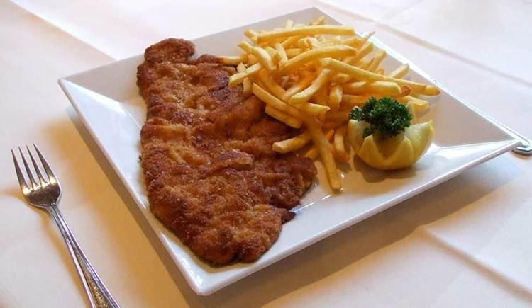 Wiener Schnitzel mit Pommes. (© Hotel Krone)