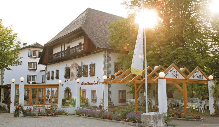 Das historische Landhotel Agathawirt Vorderansicht mit einladendem Gastgarten. (© Landhotel Agathawirt)